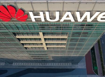 Предаден и от своите? Трудни времена за Huawei