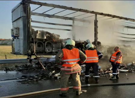 Запалил се ТИР затвори магистрала