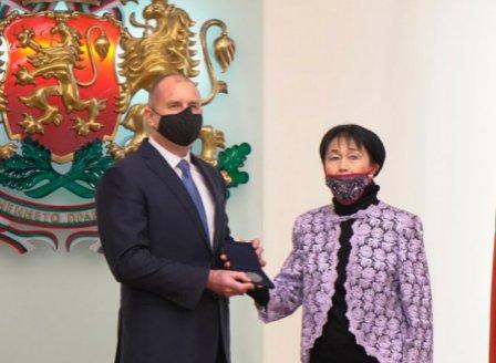 Пианистката проф. Жени Захариева с Почетния знак на президента