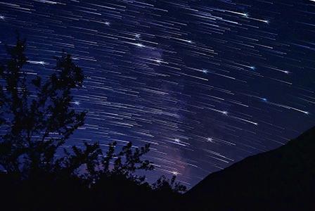 Звездопад и ярка комета се наблюдават в небето тези дни