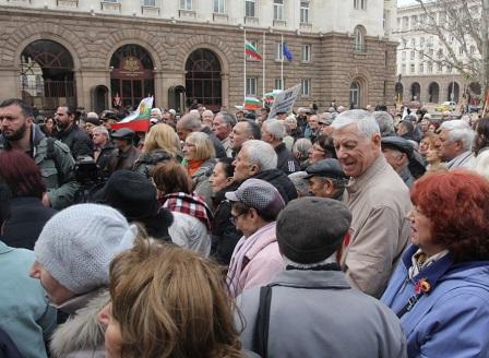 Пенсионери от цялата страна се събраха на протест пред Народното събрание