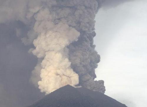 Максимална степен на тревога на о. Бали заради изригващ вулкан