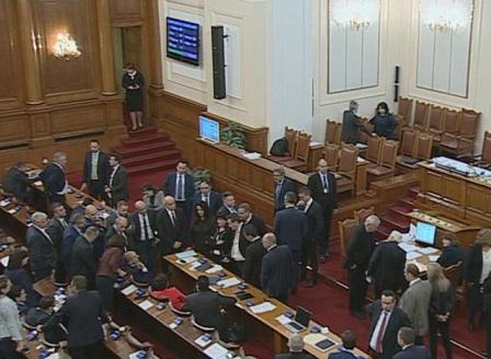 Среднощни скандали в парламента