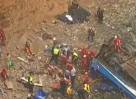 Близо 50 души загинаха при катастрофа в Перу