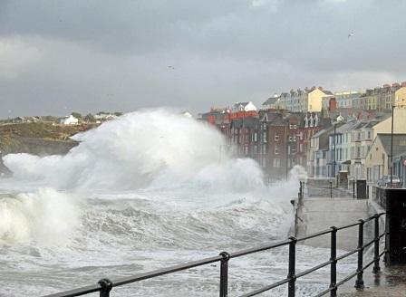 Бурята Елинор нанесе щети и остави без ток хиляди домакинства в Западна Европа