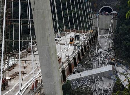 10 работници загинаха при рухването на мост в Колумбия