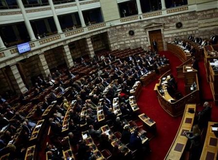 Гръцкият парламент одобри нови икономии на фона на протести и сблъсъци