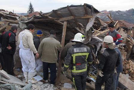 Взрив на газова бутилка събори къща и затрупа семейство