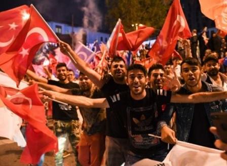 Хиляди отпразнуваха изборната победа на Ердоган