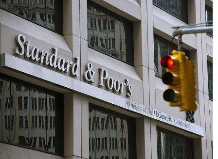 Стандард енд Пуърс повиши кредитния рейтинг на Гърция с една степен до В+