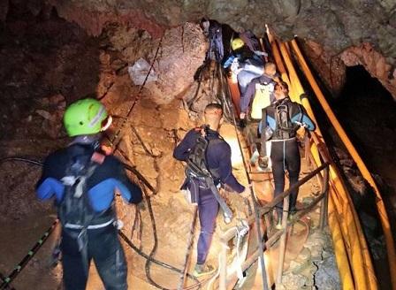 Очаква се днес да бъдат спасени и останалите 8 деца от пещерата в Тайланд