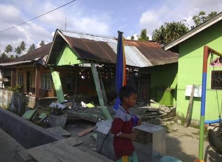 Десетки жертви след серията от трусове и цунами в Индонезия