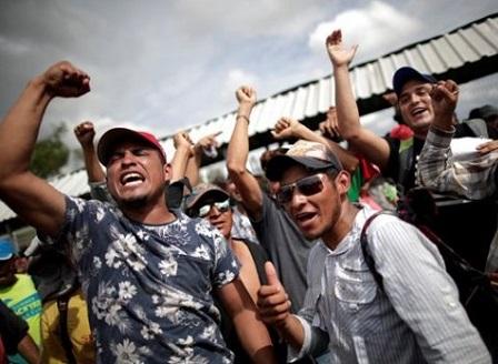 Стотици мексиканци протестираха срещу кервана на границата със САЩ