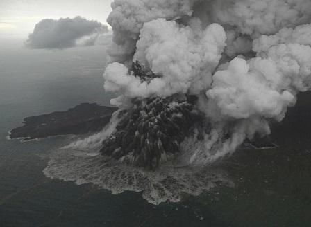 Расте броят на жертвите на опустошителното цунами в Индонезия