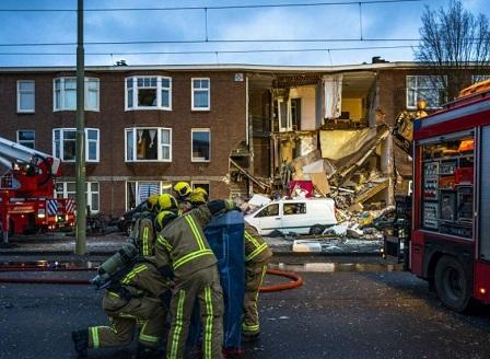 Триетажна сграда се срути частично след експлозия в Хага