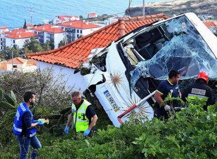 28 души загинаха при катастрофа с автобус на остров Мадейра