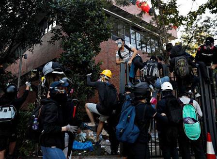 Отмениха Забраната за носене на маски по време на протестите в Хонконг,  продължава напрежението в местния Политехнически университет