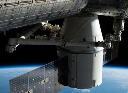 Американският товарен кораб Dragon успешно се скачи с МКС