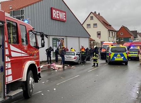 Кола се вряза в карнавално шествие в Германия