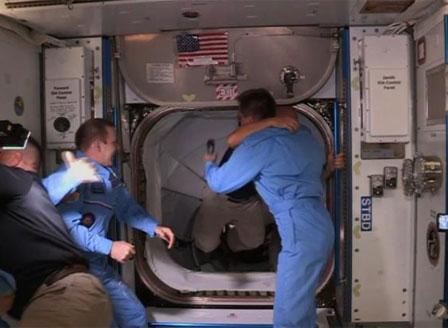 Космическият кораб Crew Dragon извърши успешно скачване с МКС