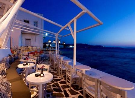 Гърция обяви нощен полицейски час за ресторанти и барове в топ туристически дестинации